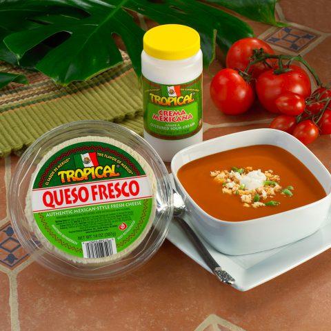 Sopa de tomate con queso fresco